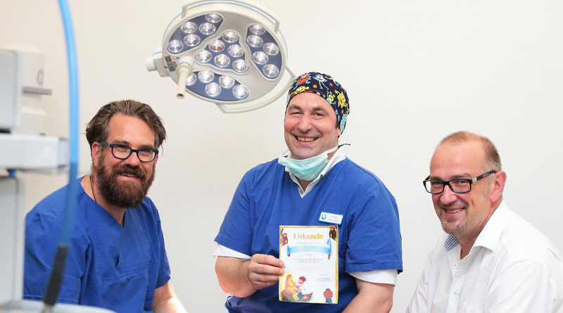 Chirurgen Dr. Robert Weindl (l.) und Heinrich Apfelstedt (r.) sowie Anästhesist Jürgen Weiler