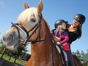 Julia Guth de Granados und Klara (4) auf Pferd Mala