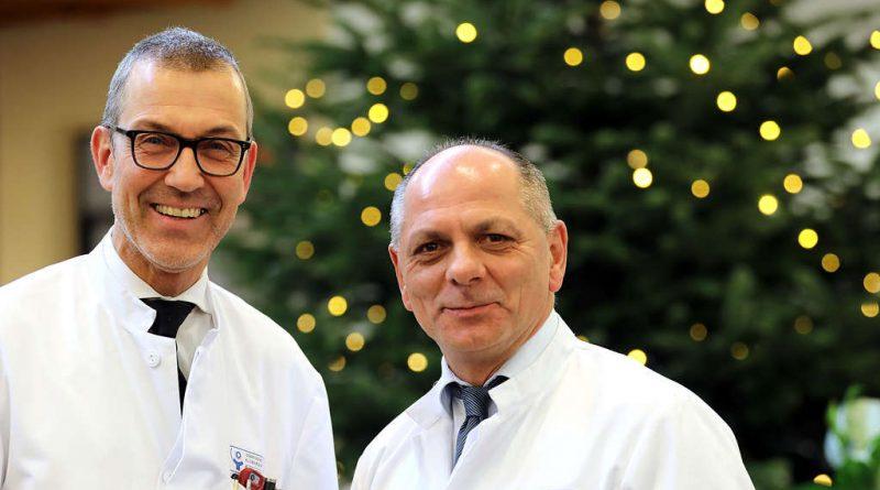 Prof. Dr. med. Wolfgang Schwenk (links), Chefarzt der Klinik für Allgemein-, Viszeral- und Gefäßchirurgie, und Dr. med. Ulrich Jaschke, neuer Leiter des Departments für Gefäßchirurgie