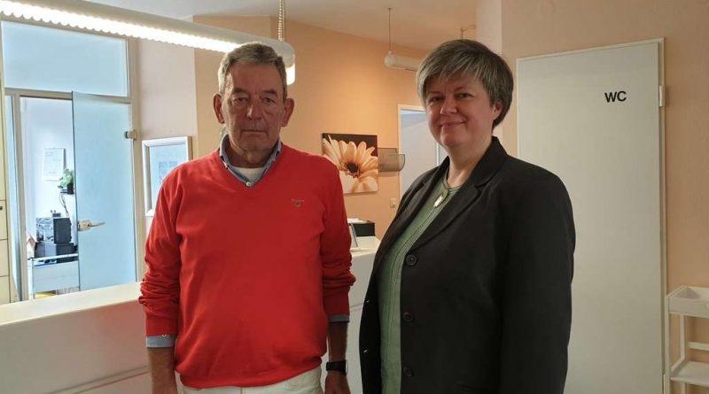 Dr. Henning Harke übergibt zum 1.April den Staffelstab an Dr.Anke Steinborn. Harke führte die Praxis 33 Jahre.