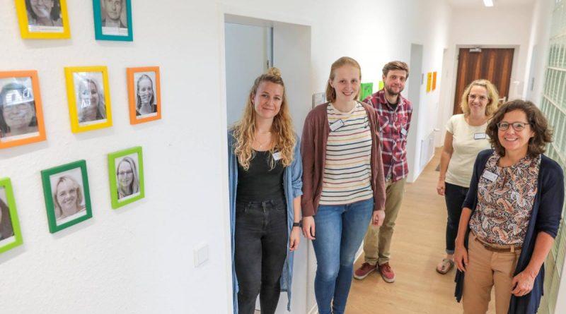 Das Team des Zentrums für seelische Gesundheit des Kinder- und Jugendalters am Standort Zweibrücker Straße (v. l.): Lena Kemper, Melissa Berg, Kevin Pütz, Melanie Fiorillo-Buschhaus und Dr. Barbara Gripp.