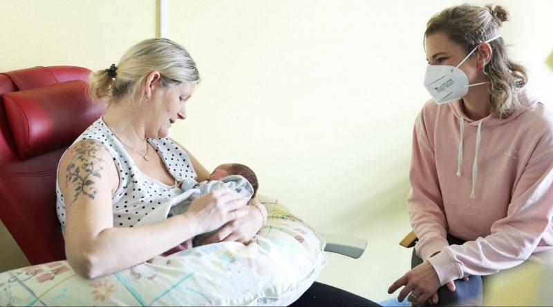 Anja Halstenbach, Stillberaterin des Klinikums, gibt Daniela Müller und Sohn Noel Tipps.